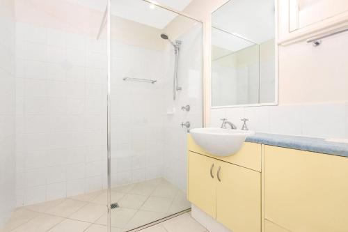 A bathroom at Lennox Beach Resort