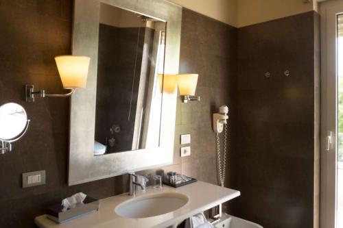 A bathroom at Best Western Villa Maria Hotel