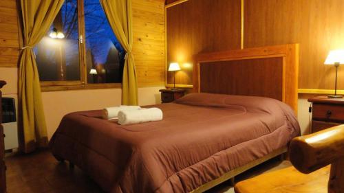 A bed or beds in a room at Cabañas El Refugio de Puelo