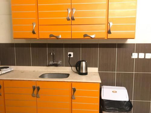A cozinha ou cozinha compacta de Noon Furnished Apartments