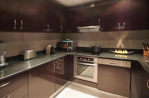 مطبخ أو مطبخ صغير في منتجع وسبا نخلة دبي بإدارة أنانتارا