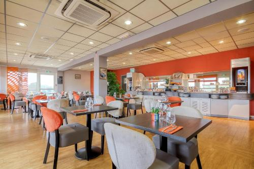 A restaurant or other place to eat at Brit Hotel Les Evens