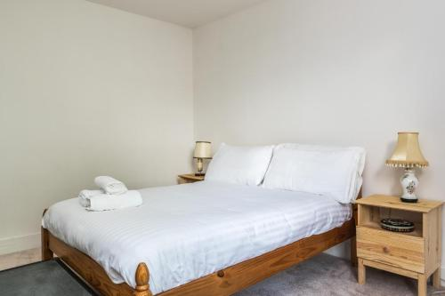 A bed or beds in a room at NEW Amazing 1 Bedroom Flat in Trendy Highbury