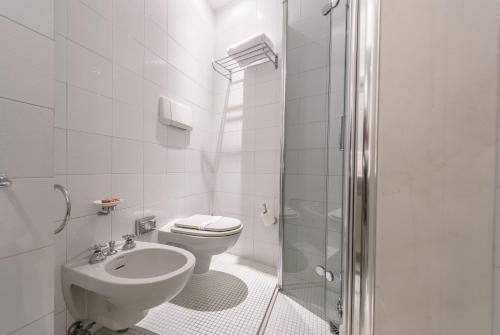 A bathroom at Hotel Milton Rimini
