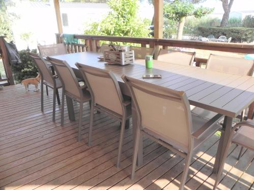 A restaurant or other place to eat at Mobil Home dans camping Lattes