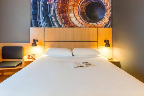 Кровать или кровати в номере ibis Genève Petit Lancy