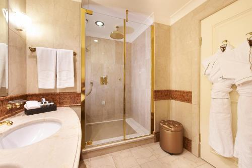 A bathroom at Grand Hotel Wien
