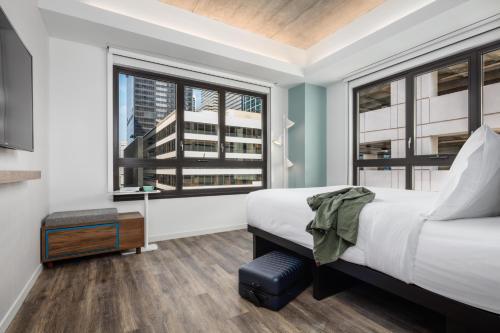 Un ou plusieurs lits dans un hébergement de l'établissement Motto by Hilton Philadelphia Rittenhouse Square