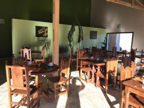 Un restaurant u otro lugar para comer en Hosteria y Cabañas Koonek