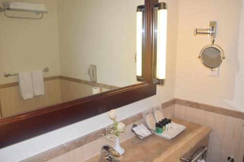 Um banheiro em Madinah Mövenpick Hotel