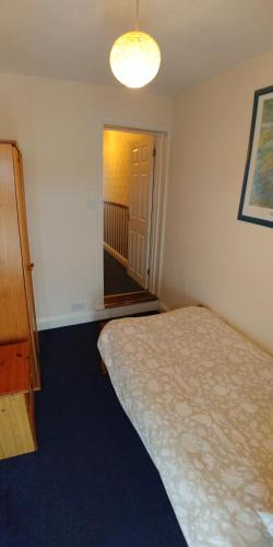 A bed or beds in a room at Victoria Road, comfortable 3 bedroom houses with fast Wi-Fi