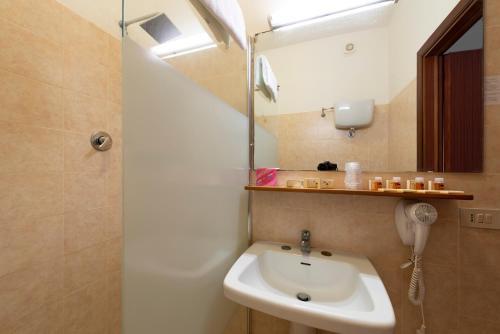 A bathroom at Hotel Regent