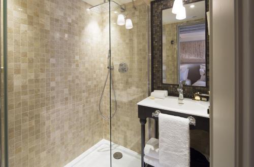 A bathroom at Hôtel Da Vinci & Spa