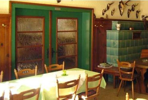 A restaurant or other place to eat at Gasthaus-Pension Waldesruhe