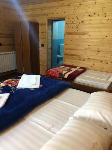 Cama o camas de una habitación en Kompleksi Zorgji