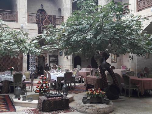 Um restaurante ou outro lugar para comer em metro ICHARI CHAHER 2 bedrooms