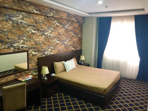 Кровать или кровати в номере Kristal Hotel