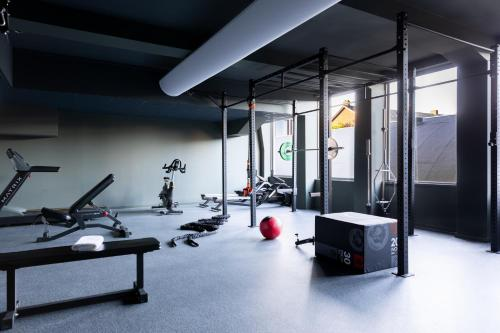 The fitness centre and/or fitness facilities at The Slaak Rotterdam, a Tribute Portfolio Hotel
