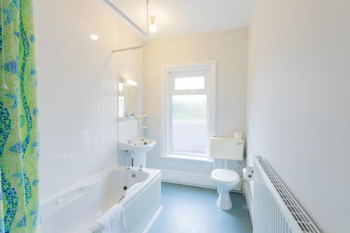 A bathroom at The Clee Hotel - Cleethorpes, Grimsby, Lincolnshire
