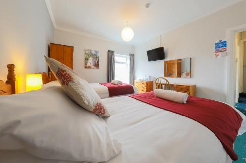A bed or beds in a room at The Clee Hotel - Cleethorpes, Grimsby, Lincolnshire