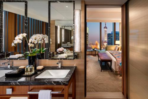 A restaurant or other place to eat at Mandarin Oriental Pudong, Shanghai