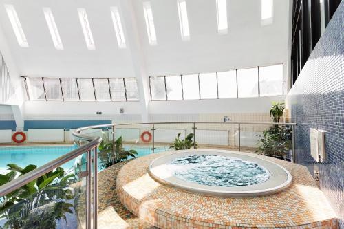 Бассейн в AZIMUT Отель Олимпик Москва или поблизости