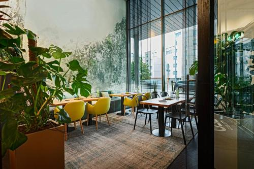 A restaurant or other place to eat at GLO Hotel Sello