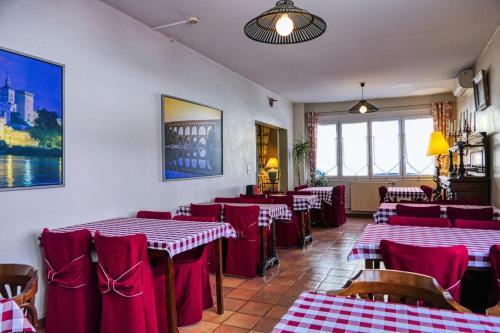 A restaurant or other place to eat at Au Saint Roch - Hôtel et Jardin