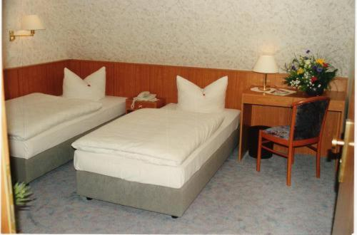Ein Bett oder Betten in einem Zimmer der Unterkunft Hotel and Restaurant Gartenstadt