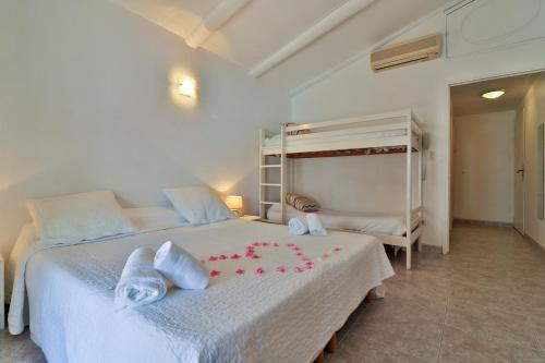 A bunk bed or bunk beds in a room at L'auberge Camarguaise