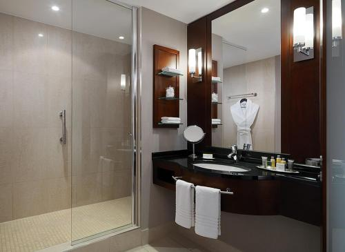 A bathroom at Cologne Marriott Hotel