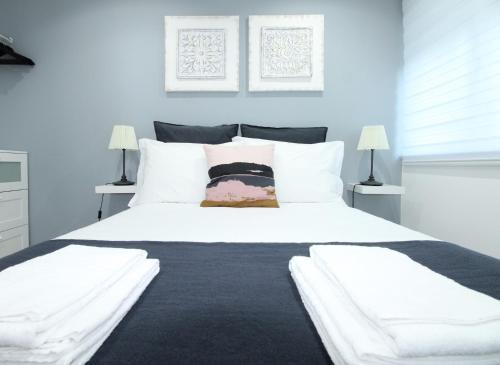 A bed or beds in a room at Olivais - Perto Parque das Nações, a 2 min do metro