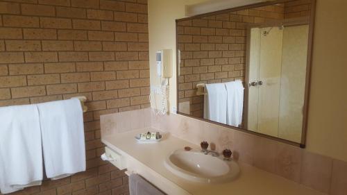 A bathroom at Hepburn Springs Motor Inn