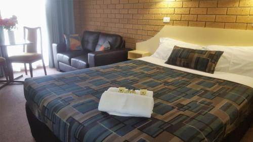 A bed or beds in a room at Hepburn Springs Motor Inn
