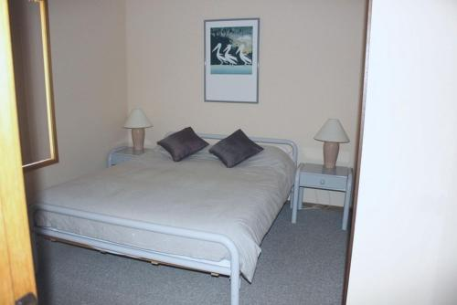 A bed or beds in a room at Coastal Retreat Unit 3