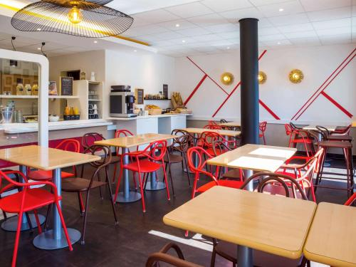 A restaurant or other place to eat at ibis budget Genève Petit-Lancy