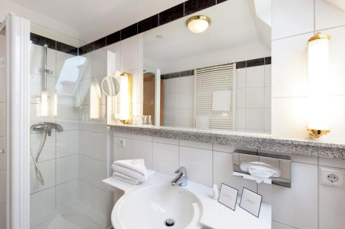 A bathroom at Parkhotel Prinz Carl