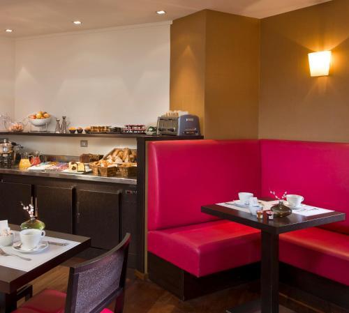 A restaurant or other place to eat at Hôtel Le Colisée