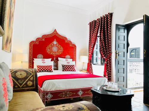 A bed or beds in a room at Riad Chafia