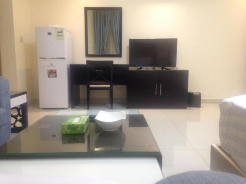 Uma TV ou centro de entretenimento em Arjaan Altakhassusi Hotel Suites