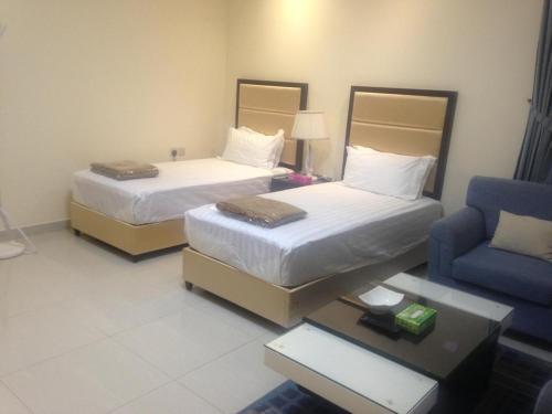 Cama ou camas em um quarto em Arjaan Altakhassusi Hotel Suites