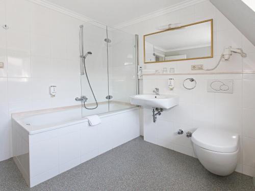 A bathroom at Hotel Kaiserworth Goslar