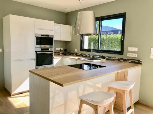 A kitchen or kitchenette at Aux Peupliers de Pradian - Alba