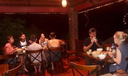 Restaurant ou autre lieu de restauration dans l'établissement Dinh Gia Home