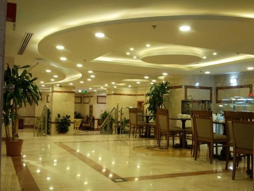 Um restaurante ou outro lugar para comer em Nozol Royal Inn Hotel