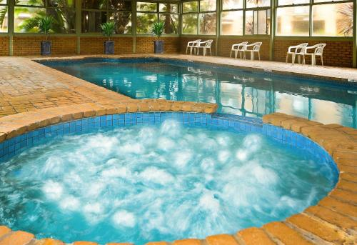 The swimming pool at or near BEST WESTERN Geelong Motor Inn & Serviced Apartments