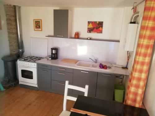A kitchen or kitchenette at Les Bourdoncles