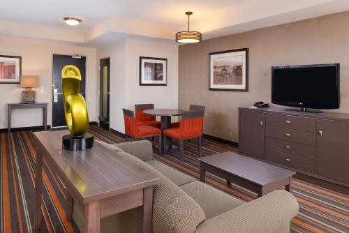 The lounge or bar area at The Holiday Inn Amarillo West Medical Center, an IHG Hotel
