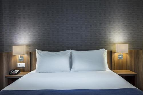 Letto o letti in una camera di Holiday Inn Express Amsterdam - Sloterdijk Station, an IHG Hotel