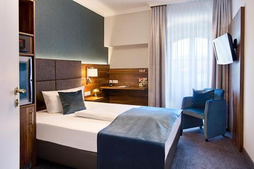 Кровать или кровати в номере Schwarzer Bär Jena